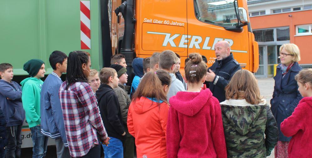 Polizeioberkommissar Ullrich Meisinger erklärt den Schülern die Gefahren des Toten Winkels